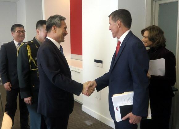김관진(왼쪽) 청와대 국가안보실장과 도널드 트럼프 차기 미국 행정부의 국가안보보좌관으로 내정된 마이클 플린 예비역 육군 중장이 10일(현지시간) 미국 워싱턴DC에서 만나 회담하기에 앞서 악수를 나누고 있다. 주미대사관 제공