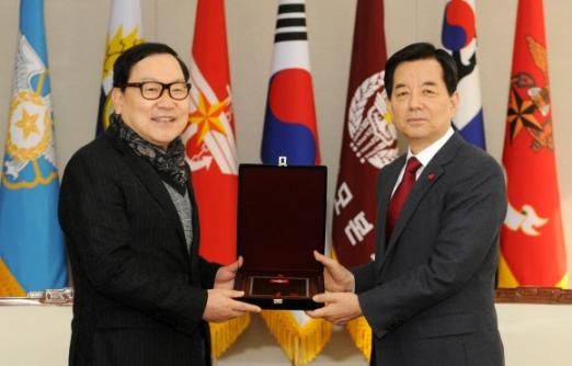 한민구(오른쪽) 국방부 장관이 12일 오후 서울 국방부 청사에서 방위역량 강화에 써 달라며 3억원을 기부한 ㈜듀오 이충희 대표에게 감사패를 전달하고 있다. 국방부 제공