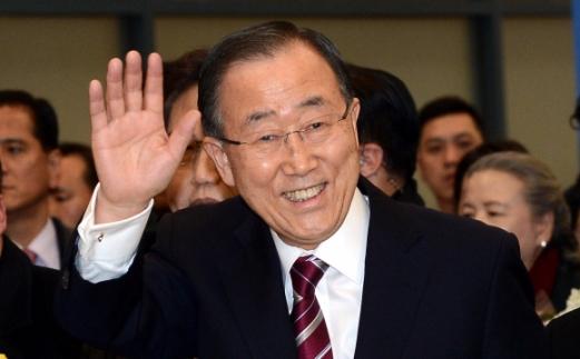 반기문 전 유엔 사무총장이 12일 오후 인천공항 입국장에서 환영인파를 향해 손을 들어 인사하고 있다. 박윤슬 기자 seul@seoul.co.kr