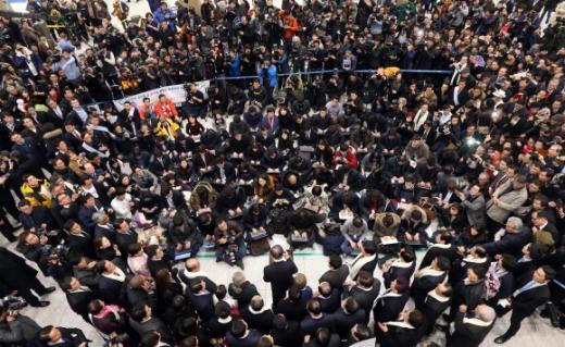 유력 대선 주자로 꼽히는 반기문 전 유엔 사무총장이 12일 귀국 직후 인천국제공항에서 취재진과 지지자들에게 둘러싸인 가운데 연설을 하고 있다. 박윤슬 기자 seul@seoul.co.kr