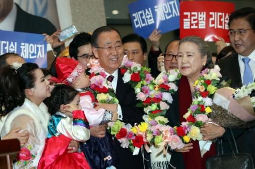 '조기 대선'이 가시화된 가운데 유력 대선 주자로 꼽히는 반기문 전 유엔 사무총장이 부인 유순택씨와 함께 12일 인천국제공항을 통해 입국한 뒤 환영 인사를 나온 어린이를 안고 지지자들의 환호에 웃음으로 답하고 있다. 박윤슬 기자 seul@seoul.co.kr