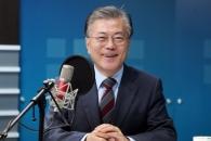 """文 대담집서 """"潘, 기득권층 특권 누려"""""""