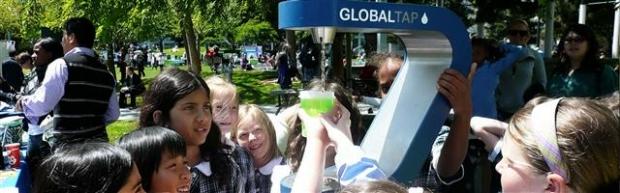 샌프란시스코 시내 글로벌탭에서 어린이들이 각자 물병에 물을 채우고 있다. 글로벌탭 제공