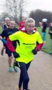 52년 39일이나 매일 달리기를 해 온 론 힐이 2014년 12월 맨체스터에서 열린 5㎞ 대회 결승선을 향하고 있다.  BBC 갈무리