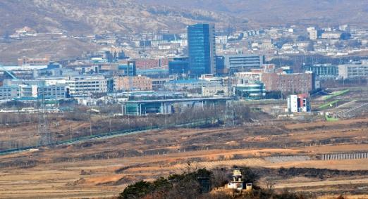 적막감 흐르는 개성공단  개성공단 폐쇄 1년을 하루 앞둔 9일 경기 파주 도라산전망대에서 바라본 개성공단 일대가 고요하다. 손형준 기자 boltagoo@seoul.co.kr