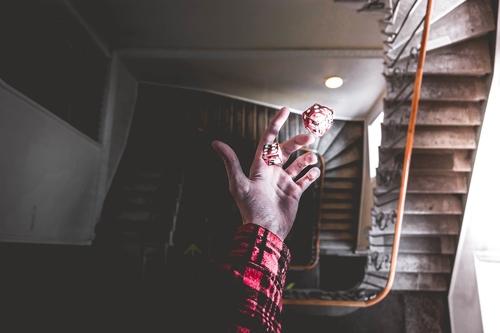 장기간에 걸친 상습적인 도박은 알코올 중독과 같은 뇌 조직 변화를 일으킨다. 주변에서 만성질환처럼 관리가 필요하다는 사실을 일깨우고 용기를 북돋으면 파멸에 이르는 것을 막을 수 있다.  사진=pixabay