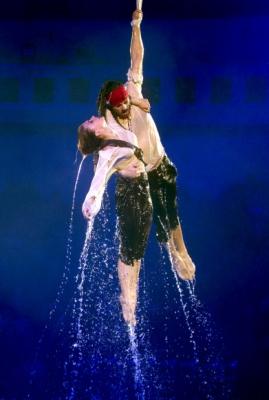 곡예사들이 16일(현지시간) 우크라이나 키예프에서 열린 새로운 서커스 쇼 'Circus on Water'에서 영화 '캐리비안의 해적'의 잭 스패로와 엘리자베스 스완의 의상을 입고 공연을 하고 있다. AP 연합뉴스
