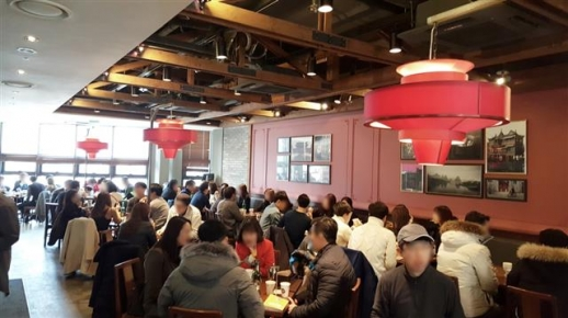 맛집 탐방과 단체 미팅을 결합시킨 새마을 미팅 프로젝트(새미프)에 참가한 미혼 남녀들이 지난 11일 경기 판교의 한 레스토랑에서 대화를 나누고 있다. 새마을 미팅 프로젝트 제공