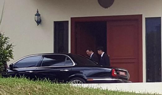강철(왼쪽) 주말레이시아 북한대사가 이날 대사관에서 관계자와 함께 승용차에 오르고 있다. 김정남 암살 사건 이후 북한대사관은 외부인의 출입을 철저하게 통제하는 등 긴장감이 흐르고 있다. 쿠알라룸푸르 연합뉴스