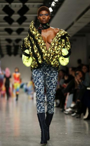 17일(현지시간) 영국 런던에서 열린 영국 패션위크 중 디자이너 표도르 골란 컬렉션 의상을 입은 모델이 런웨이를 걷고 있다. AP 연합뉴스