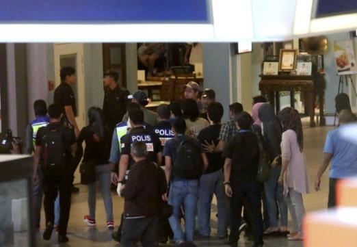 김정남 암살 여성 용의자 현장 검증  17일 말레이시아 쿠알라룸푸르 국제공항에서 경찰들이 셀프 체크인 기기 주변을 이동하며 김정남을 살해한 여성 용의자에 대해 범행 상황을 재연하는 현장 검증을 하고 있다. 쿠알라룸푸르 AP 연합뉴스