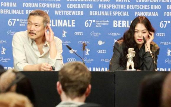 기자회견 하는 홍상수와 김민희