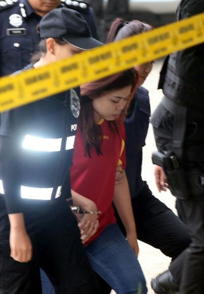 모습 드러낸 女용의자 법정 출두 김정남 암살혐의로 체포된 인도네시아 국적의 시티 아이샤가 1일 말레이시아 쿠알라룸푸르 세팡법원에 출두하고 있다. 쿠알라룸푸르 연합뉴스