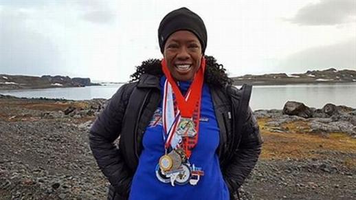 리사 데이비스가 지난 1월 남극에서 열린 화이트 콘티넨트 마라톤을 완주함으로써 '7-7-7 퀘스트'를 달성한 뒤 완주 메달들을 목에 건 채 웃고 있다. 리사 데이비스 제공