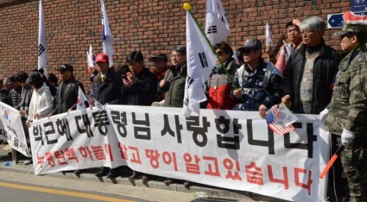지지자에게 둘러싸인 삼성동 사저  13일 오전부터 사저 근처에서는 박 전 대통령 지지자들이 몰려 탄핵 무효를 주장했다. 박지환 기자 popocar@seoul.co.kr