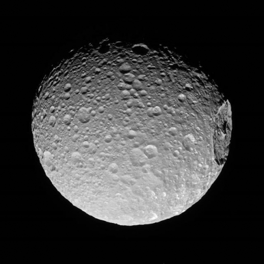 토성의 위성 미마스의 모습. 위성 오른쪽에 커다란 크레이터가 보인다. 출처 NASA/JPL-Caltech/Space Science Institute