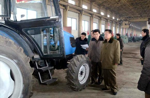 북한 최룡해 당 부위원장, 평남 금성트랙터공장 시찰