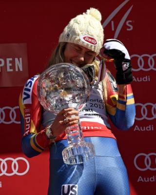 미국의 Mikaela Shiffrin이 19일(현지시간) 미국 콜로라도주 아스펜에서 열린 '2017 아우디 FIS 스키 월드컵' 결승에서 우승을 차지하고 원형 크리스탈 트로피를 들고 기뻐하고 있다. AP 연합뉴스