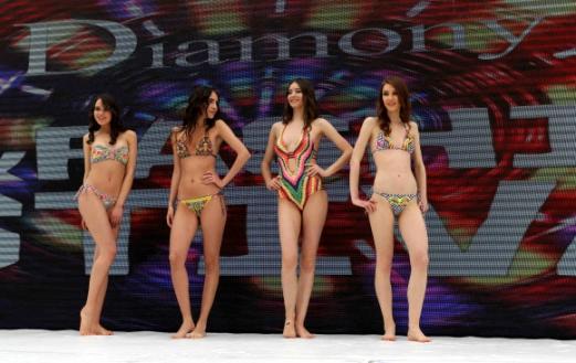 모델들이 19일(현지시간) 레바논 베이루트 북동쪽 파라야(Faraya)의 스키 리조트에서 열린 '스키 & 패션 2017' 란제리 패션쇼에서 작품을 선보이고 있다. AFP 연합뉴스