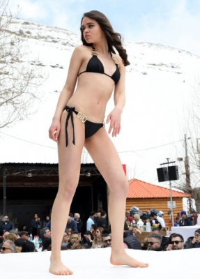 모델이 19일(현지시간) 레바논 베이루트 북동쪽 파라야(Faraya)의 스키 리조트에서 열린 '스키 & 패션 2017' 란제리 패션쇼에서 작품을 선보이고 있다. AFP 연합뉴스