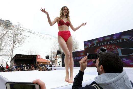 모델이 19일(현지시간) 레바논 베이루트 북동쪽 파라야(Faraya)의 스키 리조트에서 열린 '스키 & 패션 2017' 란제리 패션쇼에서 작품을 선보이고 있다. AFP 연합뉴스AA