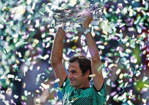로저 페더러 BNP 파리바스 오픈 테니스 대회 우승 로저 페더러가 20일 미국 캘리포니아 인디안 웰스에서 열린 BNP 파리바 오픈에서 우승 세러모니를 하고 있다.EPA/연합뉴스