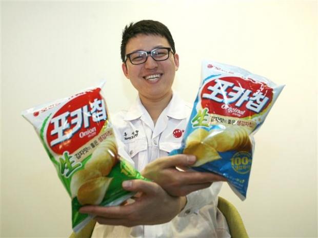 오리온 포카칩·스윙칩 등 감자칩 제품 개발을 담당하고 있는 홍지형 오리온연구소 주임연구원이 20일 서울 용산구 오리온 본사에 있는 연구소에서 포카칩을 들어 보이며 환하게 웃고 있다. 오리온 제공