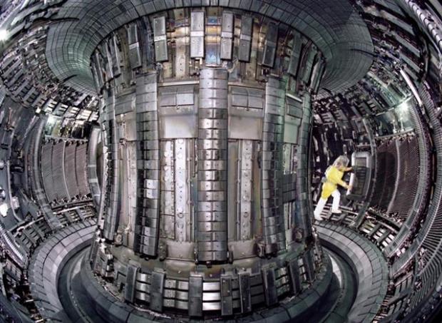 영국 옥스포드셔주에 있는 세계 최대의 실험용 핵융합로인 JET에서 연구원이 작업을 하고 있다. 1982년 영국 남부 옥스포드셔에 완공된 이 융합로는 2000년대 중반까지 일본의 JT-60U, 미국의 DIII-D와 함께 3대 핵융합로로 불리며 세계 핵융합 연구를 이끌었던 실험로다. 영국이 브렉시트를 결정하면서 이곳에서 공동연구 등은 이뤄질 수 없게 된다. Euro-fusion.org 제공