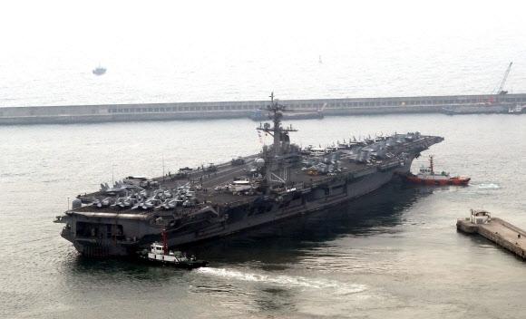 한미 독수리훈련 핵항모 칼빈슨호 출항  20일 미국 해군의 핵추진 항공모함 칼빈슨호(CVN 70)가 한·미 독수리훈련에 참가하기 위해 부산항을 출항하고 있다. 부산 연합뉴스