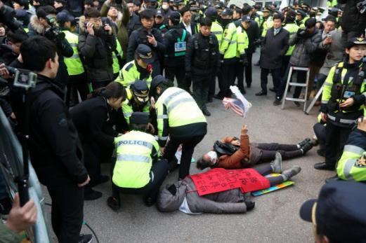 [박근혜 소환] 자택 앞 시위하는 지지자들