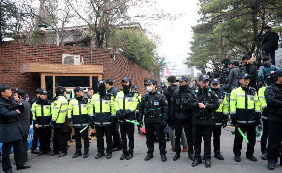 삼성동 자택 경찰도 긴장