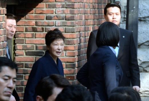 박근혜 전대통령이 21일 오전 검찰 조사를 받기 위해 삼성동 자택을 나서고 있다. 강성남 선임기자 snk@seoul.co.kr