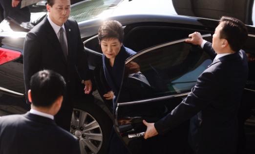 박근혜 전 대통령이 21일 오전 검찰 조사를 받기 위해 서울 서초구 서울중앙지방검찰청에 도착해 차량에서 내리고 있다.  사진공동취재단