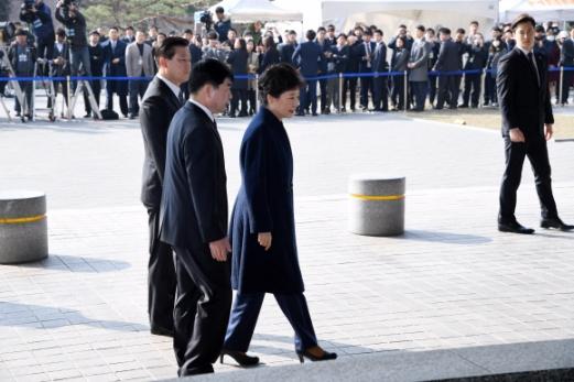 박근혜 전 대통령이 파면 11일 만인 21일 오전 서울 서초동 중앙지검에 피의자 신분으로 출석하고 있다.  사진공동취재단