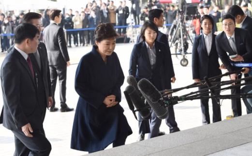 뇌물수수 등의 혐의 피의자로 박근혜 전 대통령이 21일 오전 서울중앙지검 포토라인에서 취재진 질문에 짧게 답한 뒤 들어서고 있다. 전직 대통령이 검찰 조사를 받는것은 역대 4번째이다.  사진공동취재단