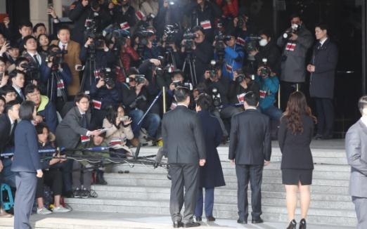 뇌물수수 등 13가지 혐의를 받고 있는 박근혜 전 대통령이 21일 오전 서울 서초동 서울중앙지검에 피의자 신분으로 출석하고 있다.  사진공동취재단