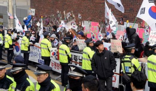 박근혜 전대통령이 검찰 조사를 받는 21일 오전 박 전대통령 자택에 모인 지지자들이 취재기자들을 향해 소리를 지르고 있다.    강성남 선임기자  snk@seoul.co.kr