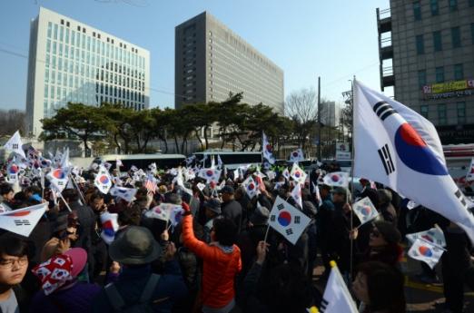 박근혜 전 대통령이 검찰에 소환된 21일 서울 서초구 검찰청앞에서 지지자들이 집회를 열고 구호를 외치고 있다.  박지환 기자 popocar@seoul.co.kr