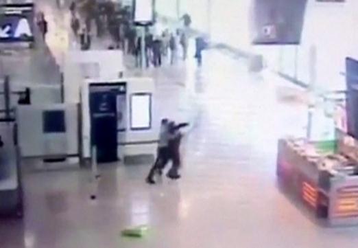 지난 18일(현지시간) 프랑스 파리 오를리공항에서 사살된 지예드 벤 벨가셈(왼쪽)이 무장여군의 총기를 뺏으려고 시도하는 모습이 담긴 CCTV 화면. AFP 연합뉴스