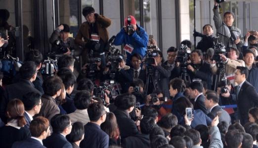 박근혜 전 대통령이 21일 오전 피의자 신분으로 서울 서초구 서울중앙지검에 출석하고 있다.  박지환 기자 popocar@seoul.co.kr