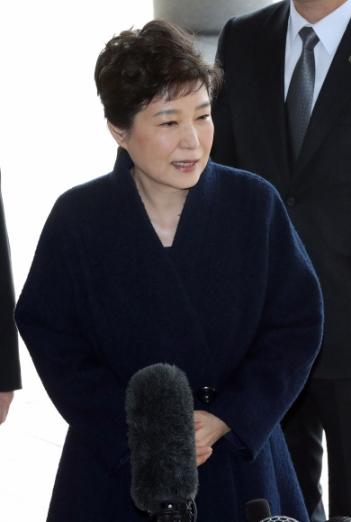 박근혜 전 대통령이 21일 피의자 신분으로 서울중앙지방검찰청에 소환조사를 받기 위해 도착하고 있다.  사진공동취재단