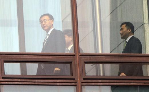 박근혜 전 대통령이 검찰에 출두한 21일 서울 서초구 대검찰청에서 김수남 검찰총장이 점심식사를 위해 구내식당으로 이동하고 있다.  정연호 기자 tpgod@seoul.co.kr