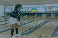 골프공으로 볼링 스트라이크 선보인 미녀, 정체는?