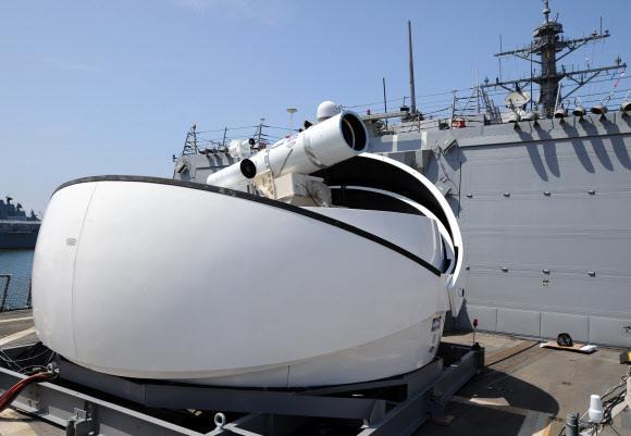 레이저 무기의 실전배치에 나선 미국은 최근 차량을 파괴할 수 있는 60㎾급 레이저 무기 개발에 성공했다. 이미 2014년 8월 미 해군 5함대 소속 상륙함 USS 폰스(LPD15)에 30㎾급 레이저 무기 시스템(LaWS)을 운영 중이다. 독일은 수송 장갑 차량을 이용한 레이저 무기 시스템을 2018년 실전배치할 예정이다. 러시아는 수송기를 이용한 레이저 무기 시스템을 개발 중이다. 한국도 2012년부터 레이저 무기 개발을 시작해 2020년 실전배치를 목표로 하고 있다.  서울신문 DB