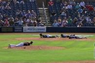 야구 경기 중 선수들이 모두 땅에 엎드린 이유