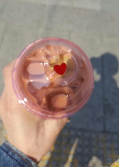 심지어 빨대가 하트 모양이야! 자주 가는 회사 근처 카페는 꽃피는 계절을 맞아 커피 컵과 홀더, 빨대까지 모두 '리뉴얼'했다. 심지어 빨대가 '하트' 모양이다. 이슬기 기자 seulgi@seoul.co.kr