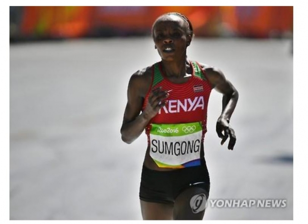 지난해 리우데자네이루올림픽 마라톤 결승선에 들어오는 제미마 숨공. 연합뉴스 자료사진