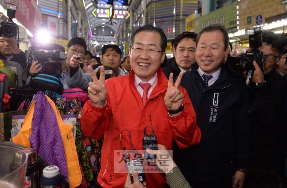 17일 공식 선거운동을 시작한 홍준표 자유한국당 후보가 대전 동구 원동 중앙시장에서 손가락으로 '기호 2번'을 표시하며 시민들에게 지지를 호소하고 있다. 대전 이종원 선임기자 jongwon@seoul.co.kr
