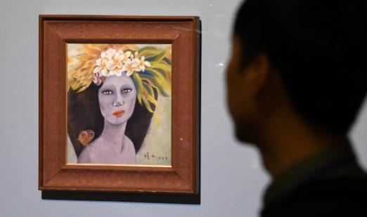 18일 국립현대미술관 과천관에서 26년 만에 공개된 고 천경자 화백의 '미인도'를 취재진이 바라보고 있다. 손형준 기자 boltagoo@seoul.co.kr
