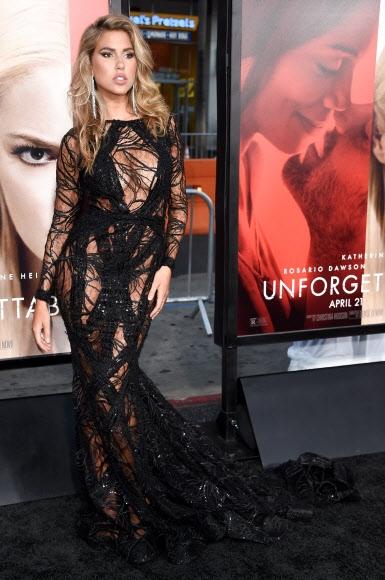 카라 델 토로가 18일(현지시간) 미국 캘리포니아 주 할리우드의 TCL 차이니즈 시어터에서 열린 드라마 '언포게터블(Unforgettable)' 프리미어 행사에 참석해 포즈를 취하고 있다. AFP 연합뉴스